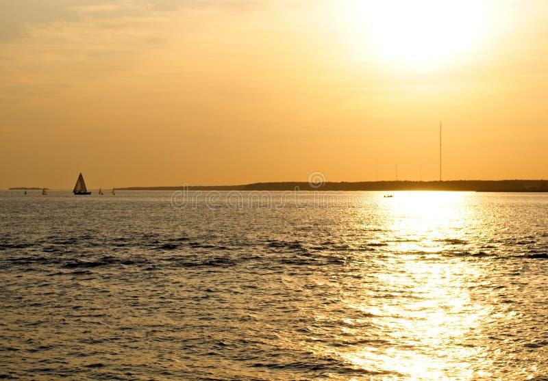 Beau coucher de soleil sur la rivière photographie stock