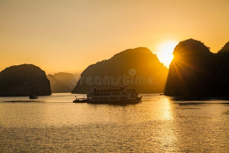 Beau coucher du soleil à la baie de Halong, Vietnam image libre de droits