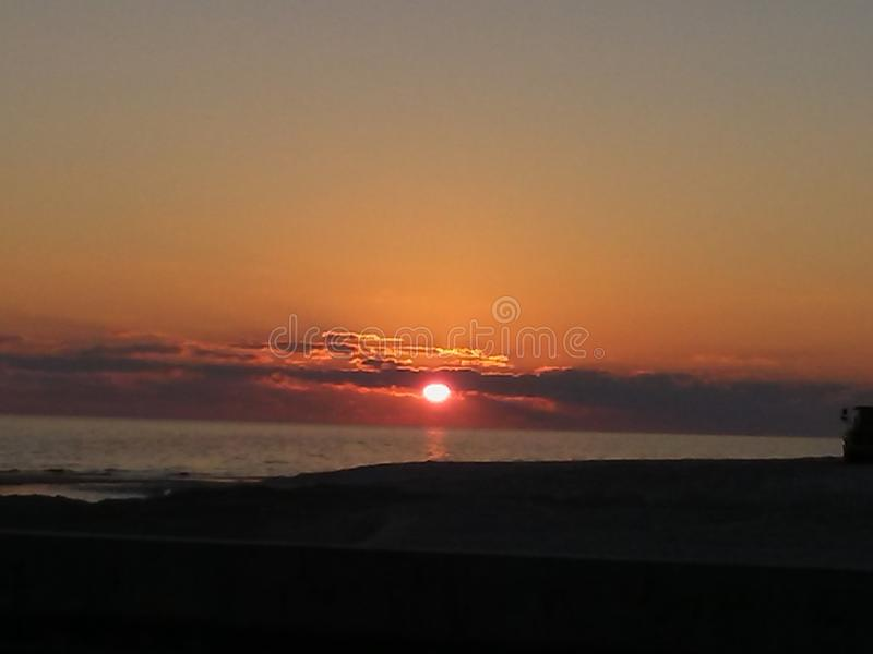 Beau coucher du soleil à la fin d'un jour IMPRESSIONNANT image stock