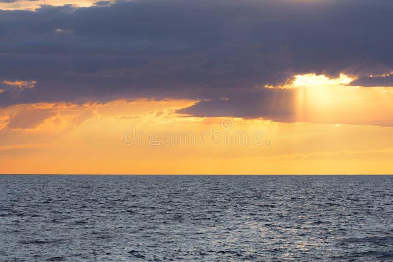 Beau coucher du soleil à la mer images stock