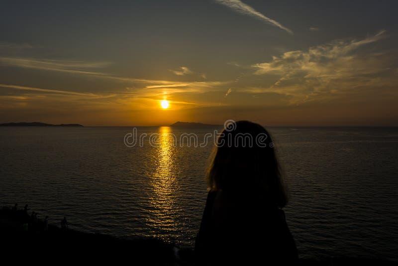 Beau coucher du soleil à la plage de Logas au village de Peroulades de l'île de Corfou, Grèce images stock