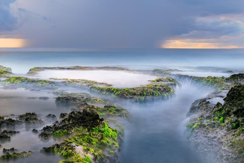 Beau coucher du soleil à la plage de rancabuaya images libres de droits