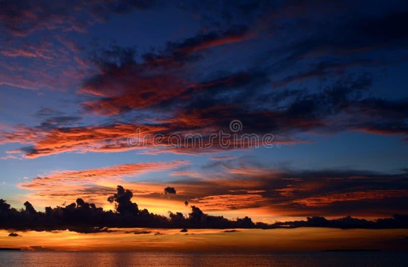 Beau coucher du soleil à la plage tropicale images libres de droits