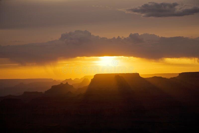 Beau coucher du soleil à la vue de désert photo libre de droits