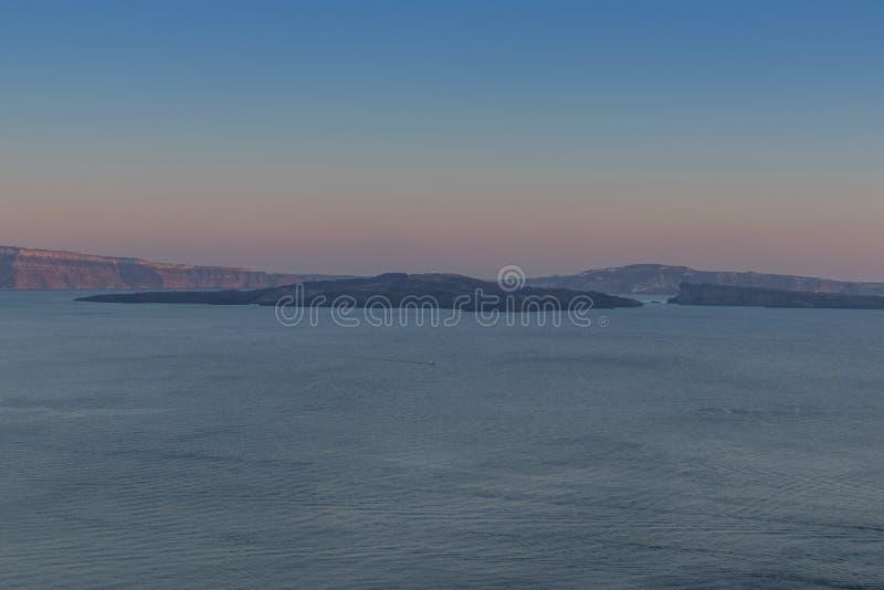 Beau coucher du soleil à Oia Santorini avec la vue de caldeira La Grèce, photos stock