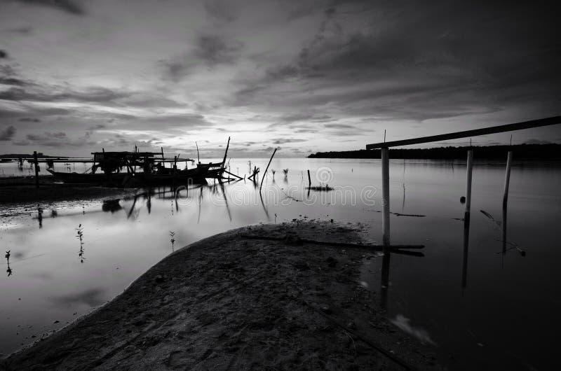 Beau coucher du soleil au baru de kampung nelayan, tumpat Kelantan Malaisie Pousse noire et blanche photo stock