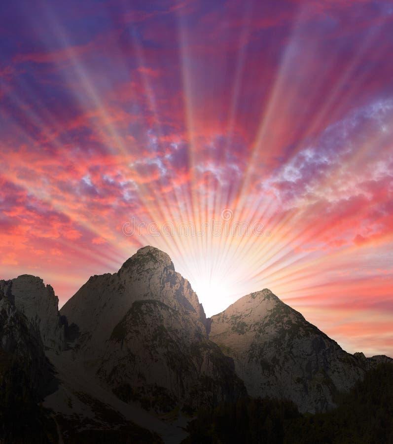 Beau coucher du soleil au-dessus d'hautes montagnes. image libre de droits