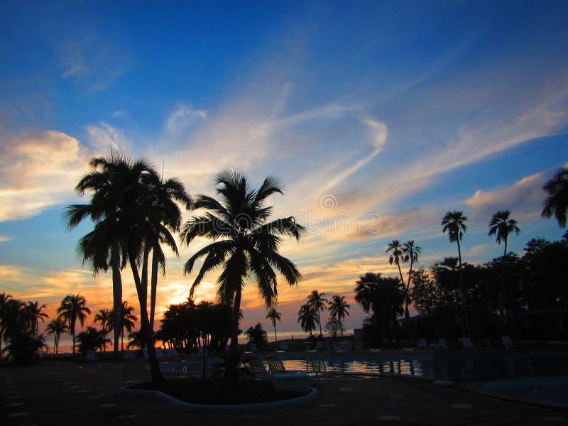 Beau coucher du soleil au-dessus d'un lieu de villégiature tropical image libre de droits