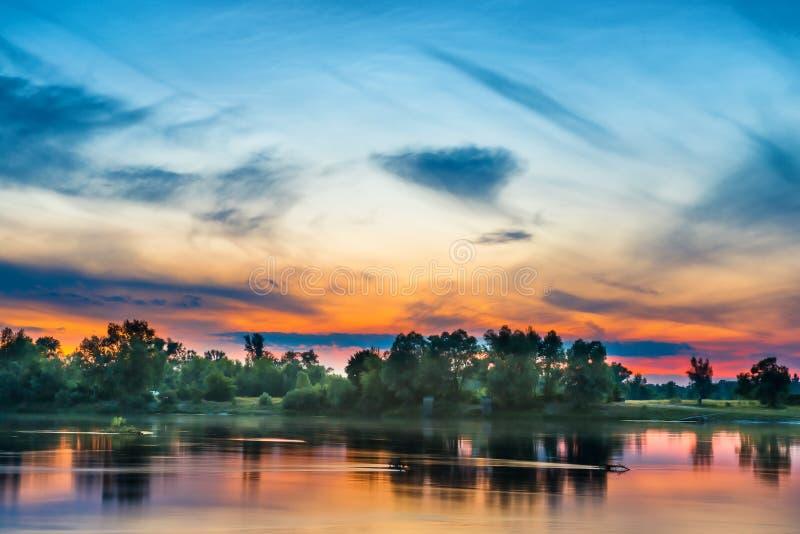 Beau coucher du soleil au-dessus d'une grande rivière photographie stock