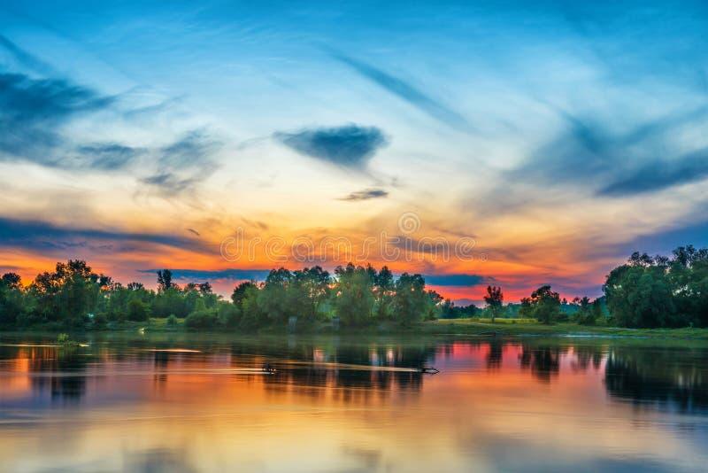 Beau coucher du soleil au-dessus d'une grande rivière images stock