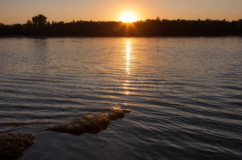 Beau coucher du soleil au-dessus du Danube photo stock