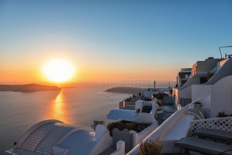 Beau coucher du soleil au-dessus de caldeira volcanique à l'île de Santorini, Grèce image libre de droits