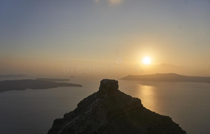 Beau coucher du soleil au-dessus de formation de roche sur l'île grecque Santorini en mer Méditerranée photographie stock