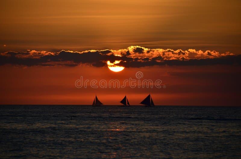 Beau coucher du soleil au-dessus de l'île photos libres de droits