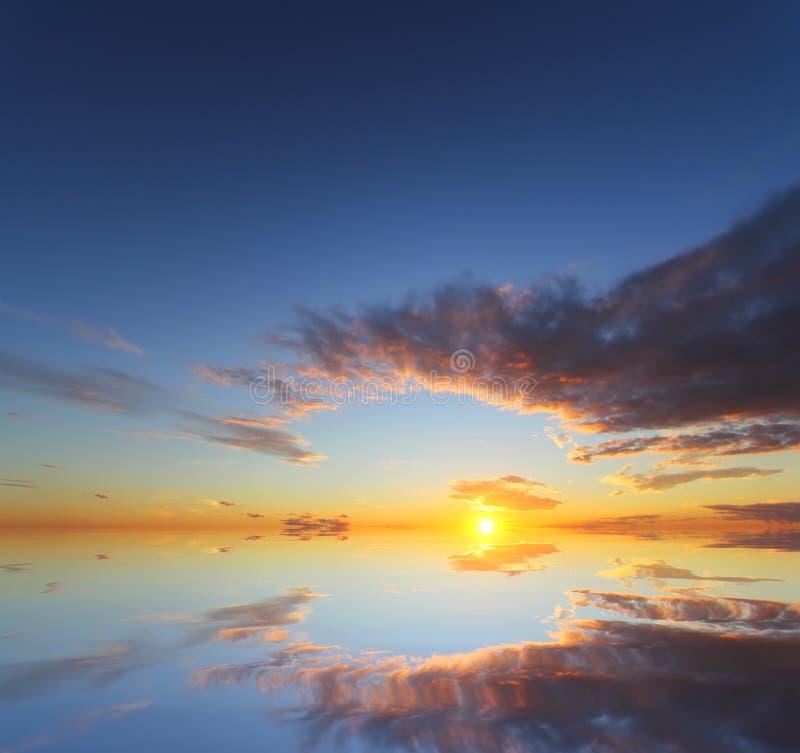 Beau coucher du soleil au-dessus de l'océan avec le ciel dramatique d'automne image libre de droits