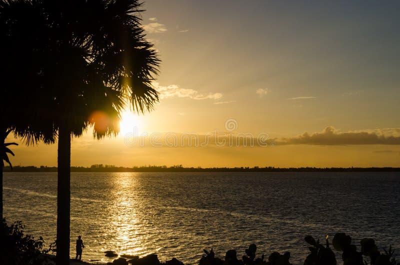 Beau coucher du soleil au-dessus de l'océan Image de concept des vacances photos libres de droits