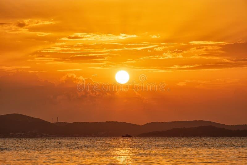 Beau coucher du soleil au-dessus de la mer à la plage tropicale photo libre de droits