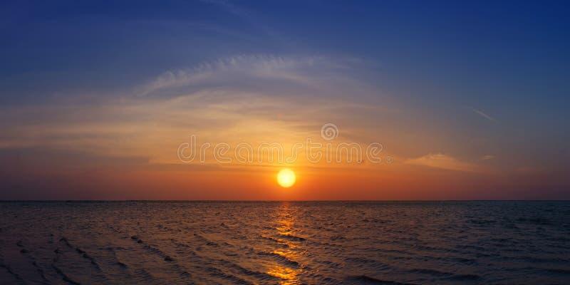 Beau coucher du soleil au-dessus de la mer photo stock