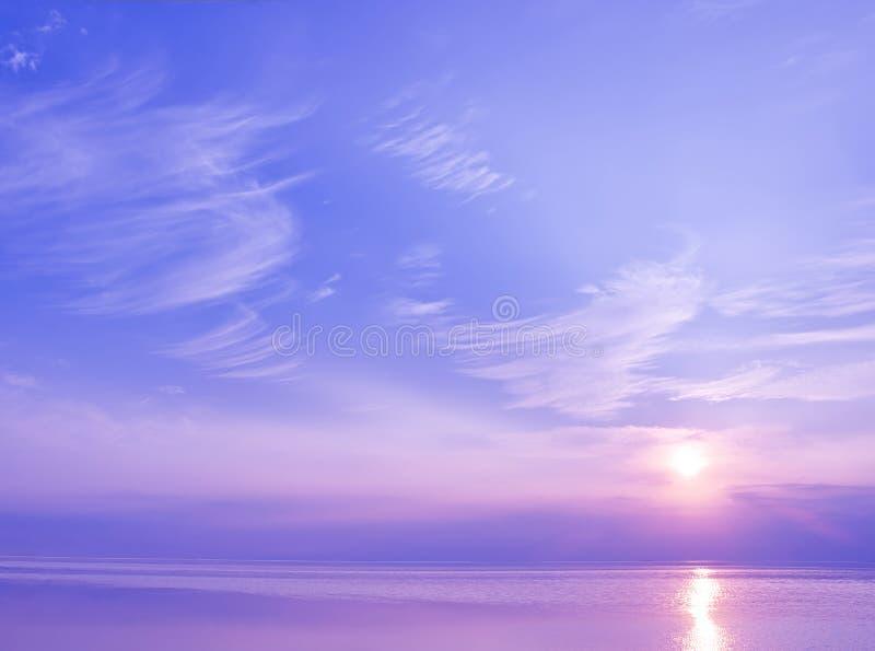 Beau coucher du soleil au-dessus de la mer de couleurs bleues et violettes image libre de droits