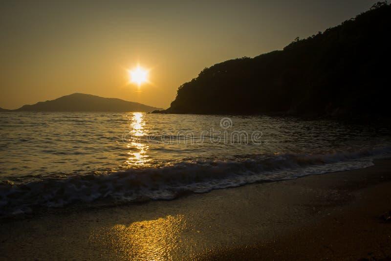 Beau coucher du soleil au-dessus de la mer japonaise dans Primorye, Russie photo stock
