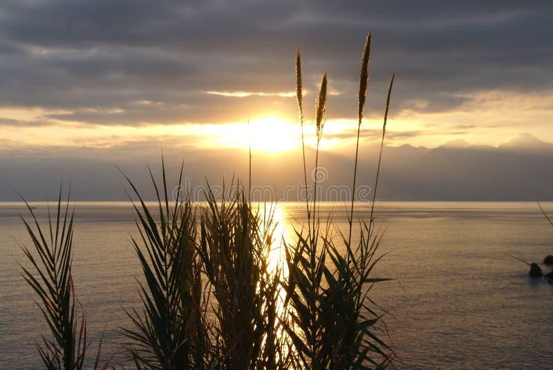 Beau coucher du soleil au-dessus de la mer Méditerranée calme images libres de droits