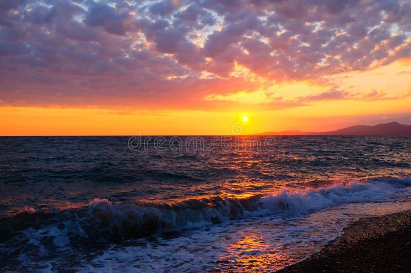Beau coucher du soleil au-dessus de la Mer Noire photos libres de droits