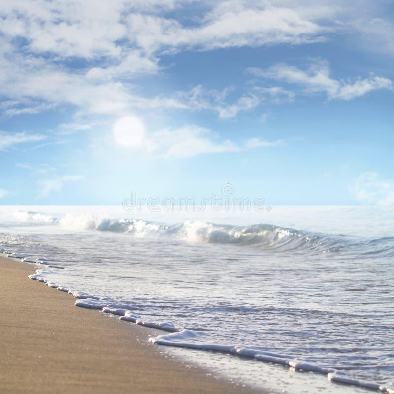 Beau coucher du soleil au-dessus de la mer pendant le matin photographie stock libre de droits