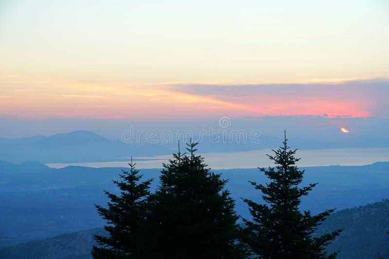 Beau coucher du soleil au-dessus de la mer vue de la montagne de Dirfi dans Eubeoa photo libre de droits