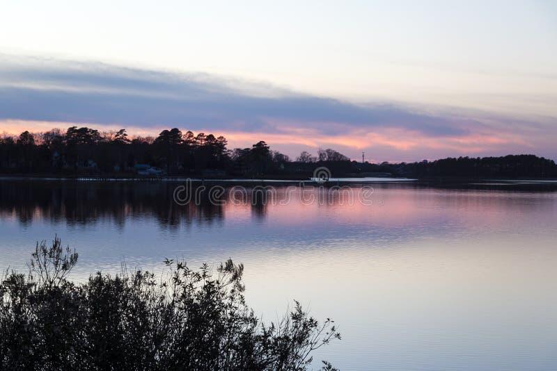 Beau coucher du soleil au-dessus de la rivière indienne - bord de mer du Delaware image stock