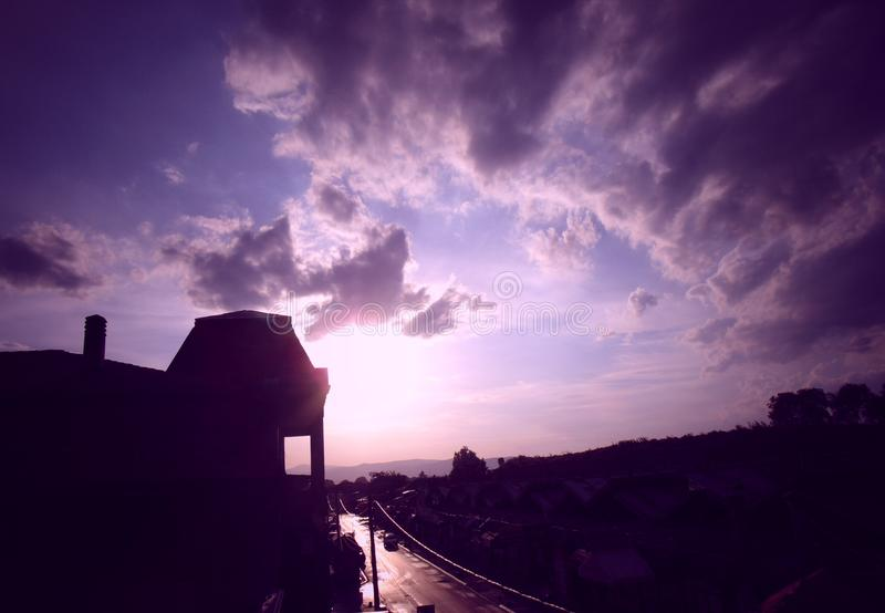 Beau coucher du soleil au-dessus de la ville photos stock