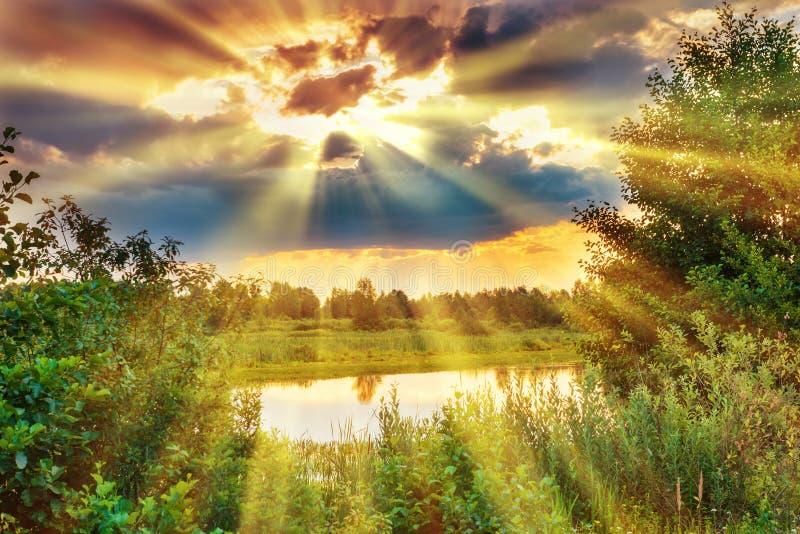 Beau coucher du soleil au-dessus de lac image stock