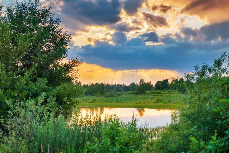 Beau coucher du soleil au-dessus de lac image libre de droits