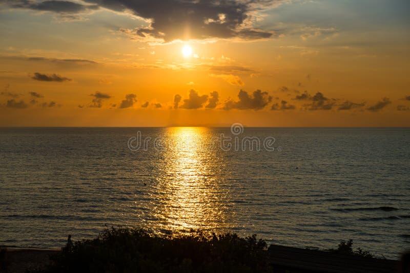 Beau coucher du soleil au-dessus de Mer Adriatique en Italie image stock