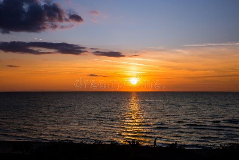 Beau coucher du soleil au-dessus de Mer Adriatique en Italie photo libre de droits