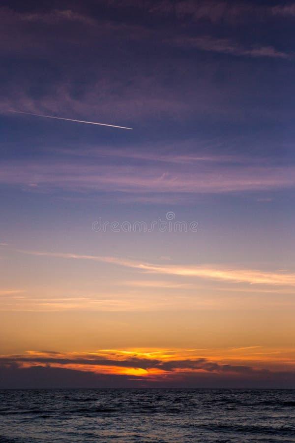 Beau coucher du soleil au-dessus de Mer Adriatique en Italie images libres de droits