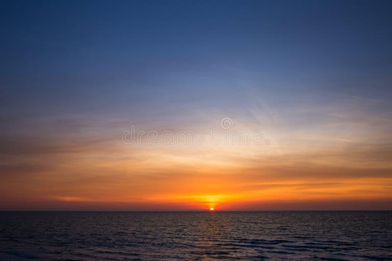 Beau coucher du soleil au-dessus de Mer Adriatique en Italie images stock