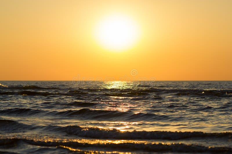 Beau coucher du soleil au-dessus de mer baltique photo libre de droits