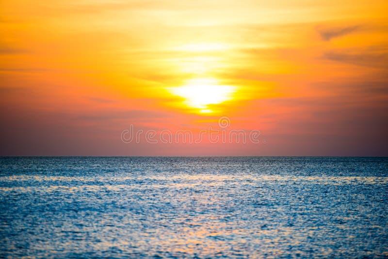 Beau coucher du soleil au-dessus de mer bleue photo libre de droits