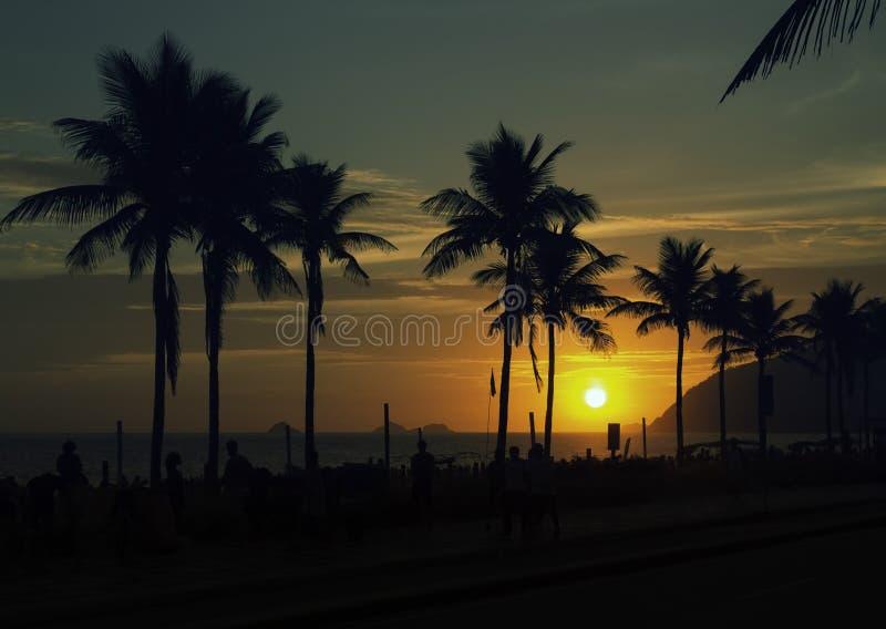 Beau coucher du soleil au-dessus de plage d'Ipanema en Rio de Janeiro photos libres de droits