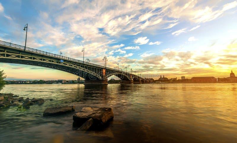 Beau coucher du soleil au-dessus de rivière du Rhin/Rhein et de vieux pont dans la canalisation photo stock