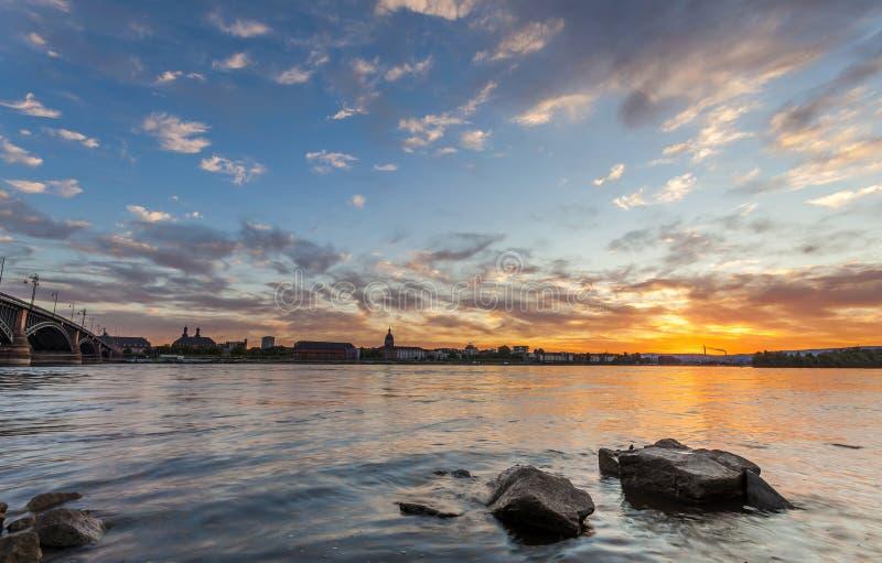 Beau coucher du soleil au-dessus de rivière du Rhin/Rhein et de vieux pont dans la canalisation images stock