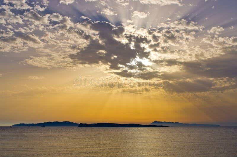 Beau coucher du soleil au-dessus des îles, Corfou, Grèce image stock