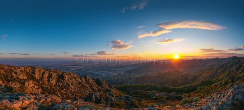 Beau coucher du soleil au-dessus des collines de montagne et de la ville, panora aérien photos libres de droits