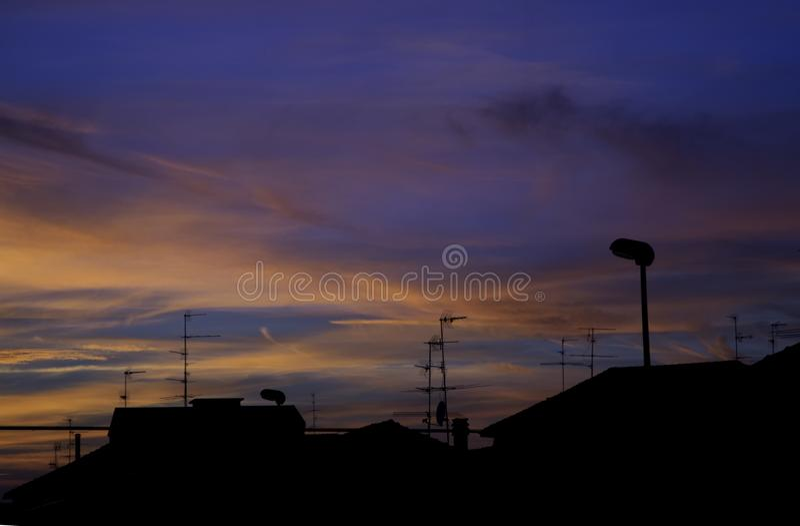 Beau coucher du soleil au-dessus des dessus de toit photos libres de droits