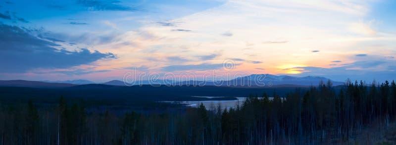 Beau coucher du soleil au-dessus des montagnes et des forêts image libre de droits
