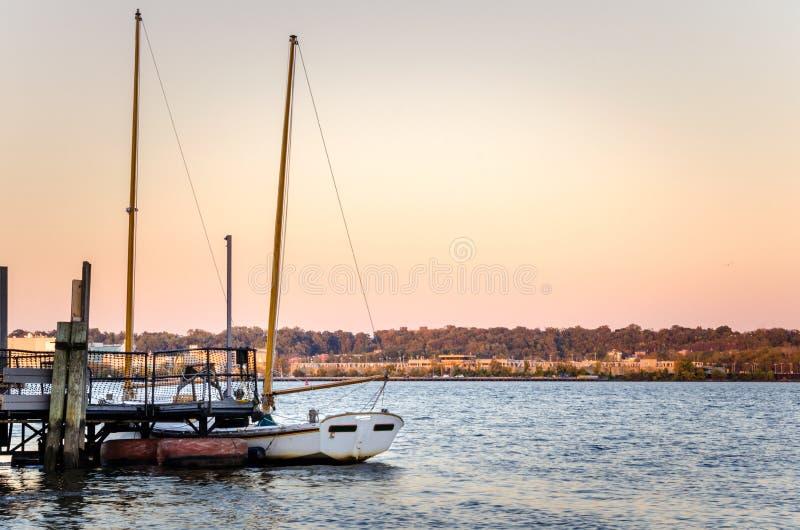 Beau coucher du soleil au-dessus du fleuve Potomac en automne photographie stock libre de droits