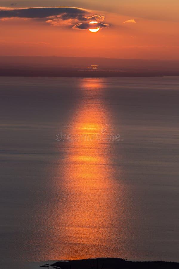 Beau coucher du soleil au-dessus du Lac Balaton de la Hongrie image libre de droits