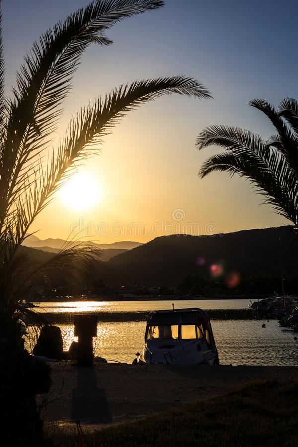 Beau coucher du soleil au-dessus du petit port de pêche image stock