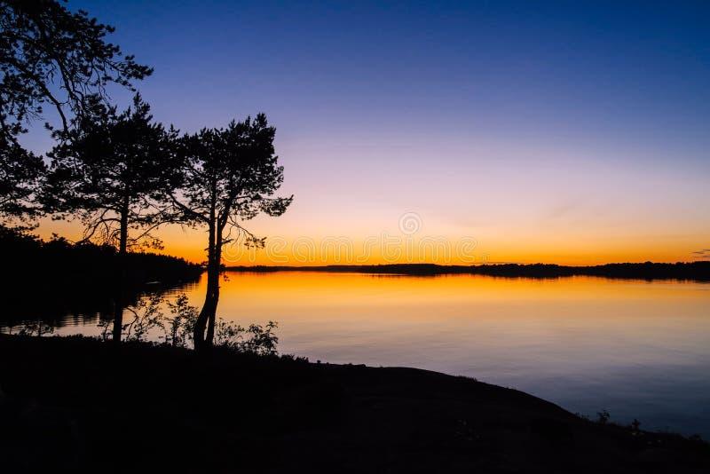 Beau coucher du soleil au lac Ladoga images libres de droits