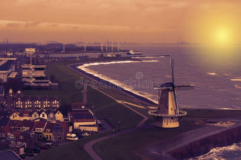 Beau coucher du soleil au moulin à vent de Vlissingen, horizon de ville d'une ville populaire le soir, Zélande, Pays-Bas photographie stock